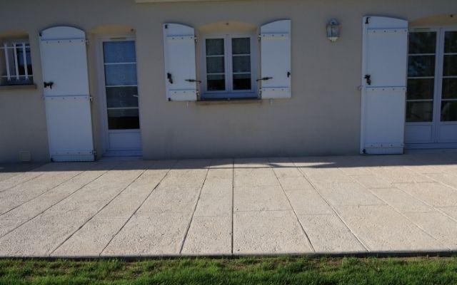 Terrasse-béton-empreinte-dallage-bourgogne-okedo-640×400